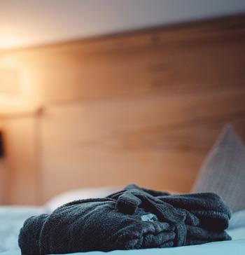 Bett mit Bademantel