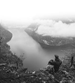 Wanderer blickt von oben auf den Königssee