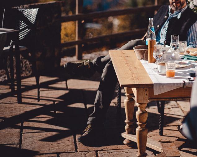 Gäste genießen die Nachmittagssonne auf der Terrasse