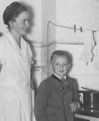 Küche um 1929 Köchin mit Jungen in Tracht