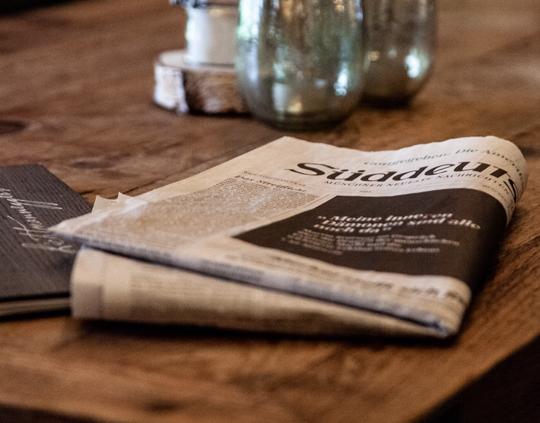 Zeitung auf Tisch