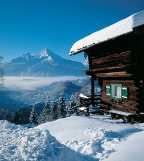 Hütte und Watzmann im Hintergrund