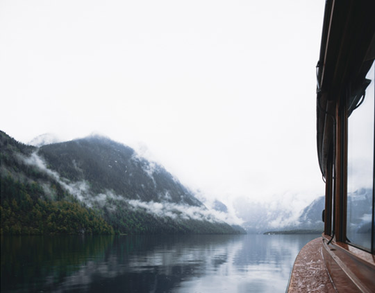 Schiff fährt auf dem Königssee im Nebel