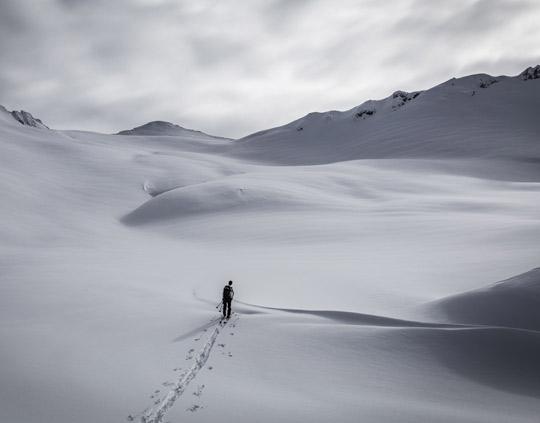 Mensch geht eine Skitour in den Bergen